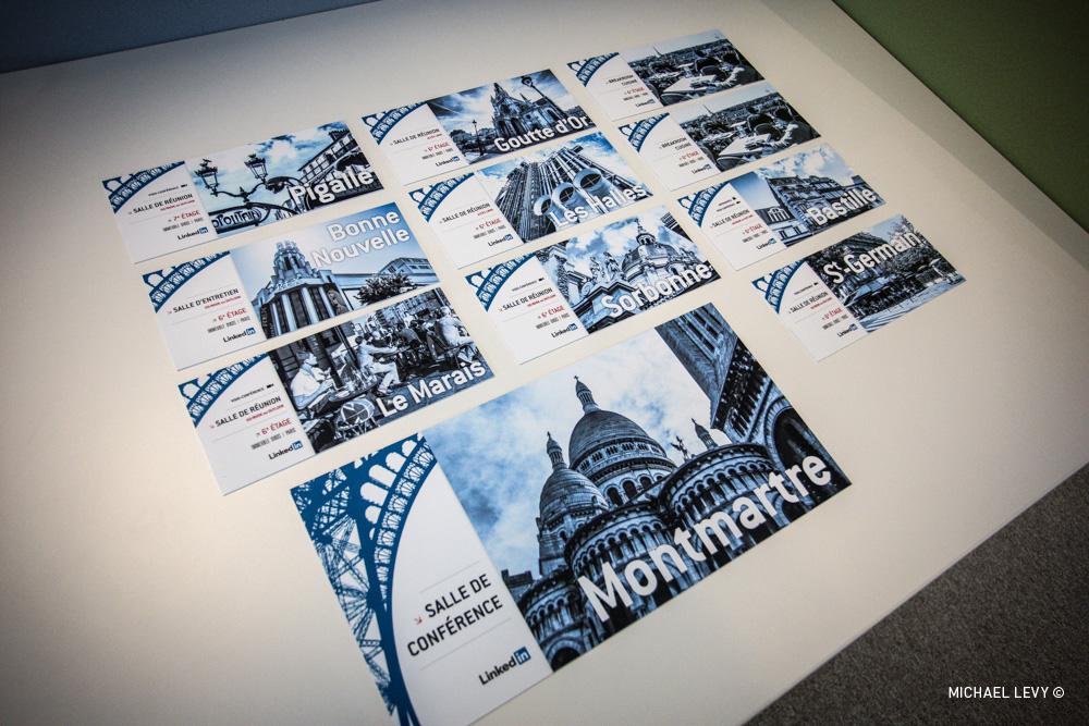 C'est le jour J ! Voici la signalétique. Les salles ont des noms de quartiers de Paris, que j'ai illustré avec des photos. J'ai aussi réalisé le design que vous voyez sur la gauche.